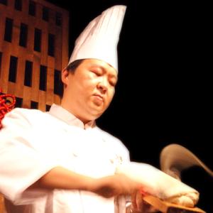 刀削麺を削る